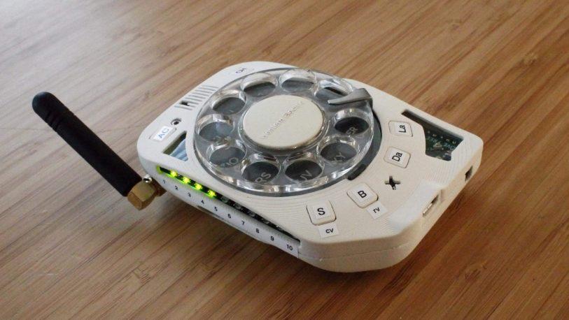 Insólito: presentan un celular con sistema de discado