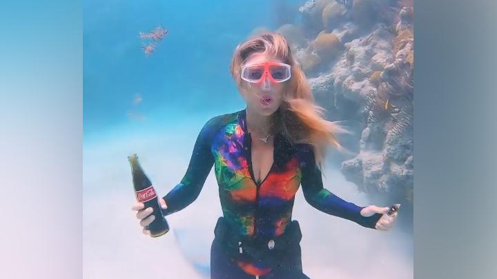 Una mujer destapa botella en el océano y pasa algo sorprendente