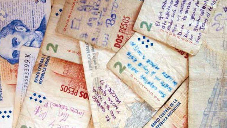 ¿Sobre qué escriben los argentinos en los billetes?