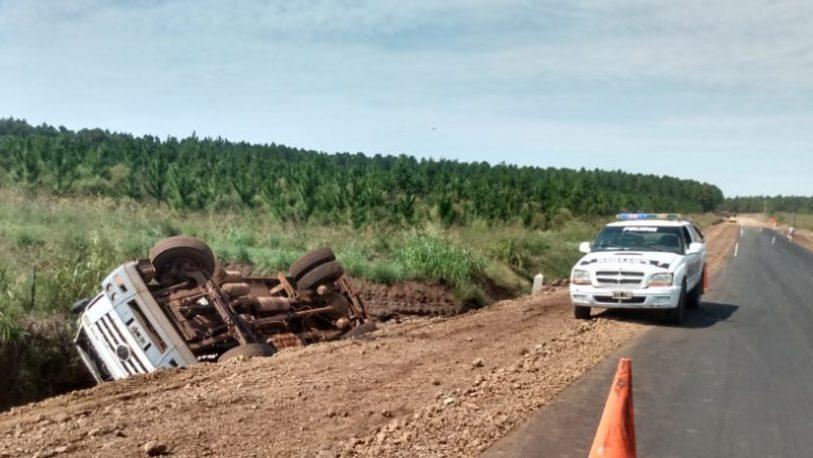 Camión regador despistó y volcó en ruta 204