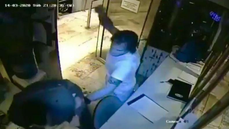 Violó la cuarentena y golpeó al guardia del edificio