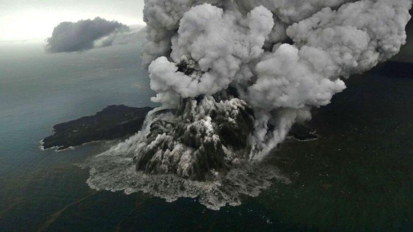 Indonesia: Entró en erupción el volcán Anak Krakatoa