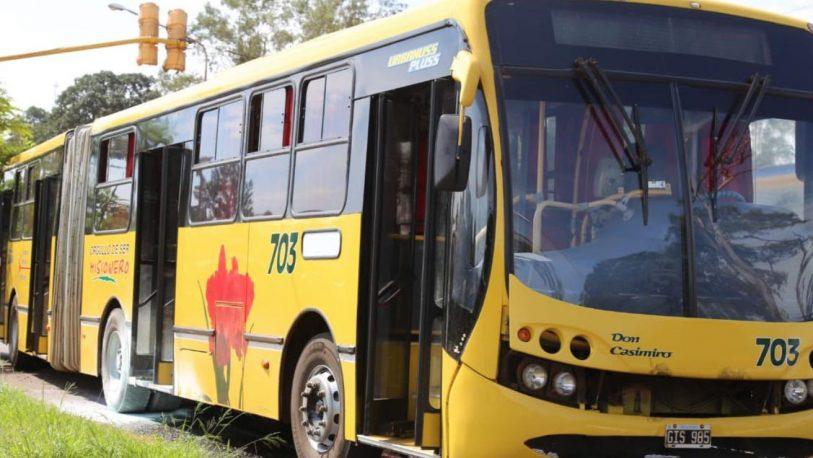 Autorizan que pasajeros de colectivos urbanos viajen parados
