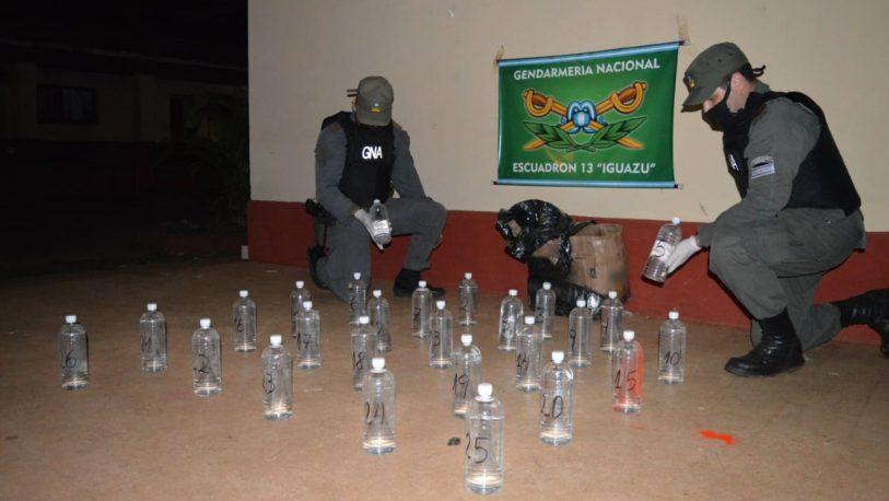 Abandonaron 56 litros de cocaína líquida y 5.000 paquetes de cigarrillos