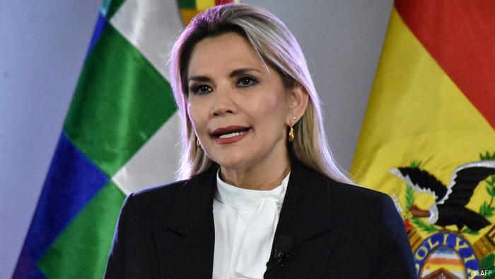 Presidenta interina de Bolivia se retira de campaña electoral