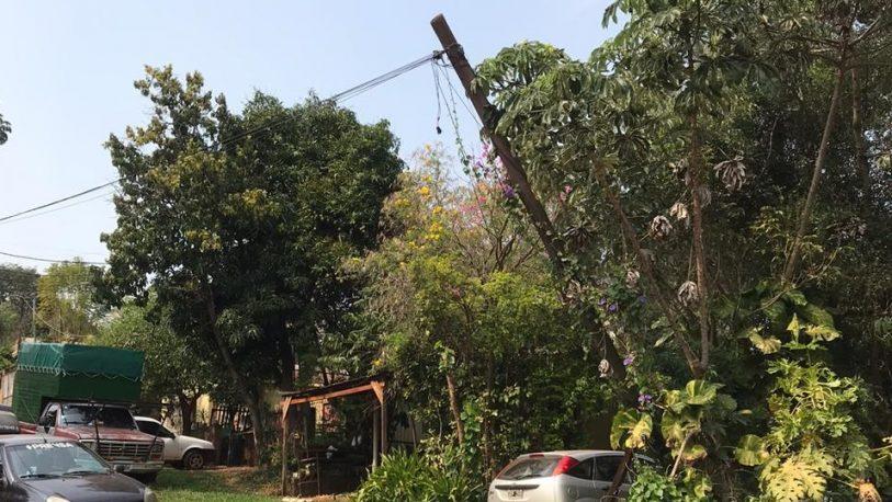 Vecinos de chacra 65 temen la caída de un poste de línea telefónica
