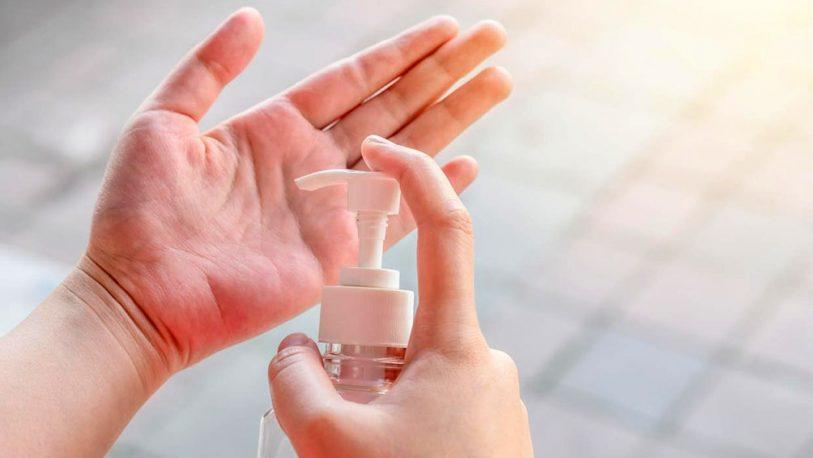 ¿Cuál es el efecto del uso del alcohol en gel en las manos?