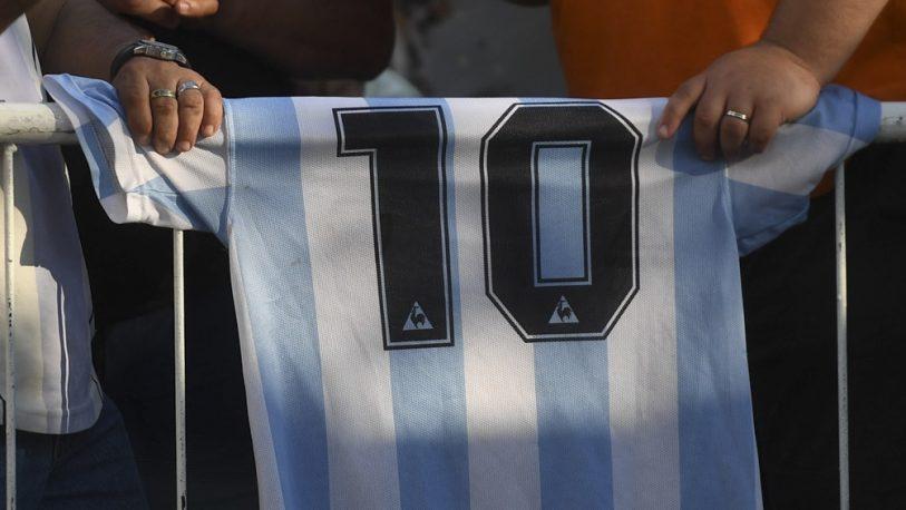 Las camisetas firmadas por Maradona subieron su precio y cotizan alto en internet