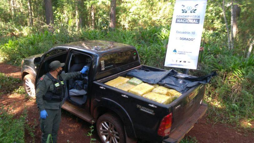 Embisten control de Gendarmería y abandonan una camioneta con 795 kilos de marihuana