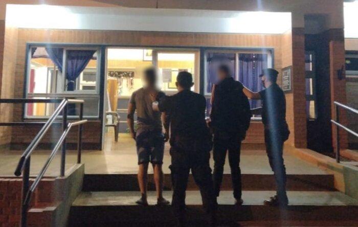 Dos hermanos detenidos por atacar a golpes a un joven para robarle el celular