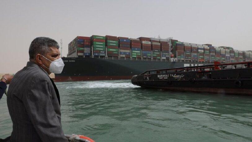 El Canal de Suez suspende la navegación y bloquea el paso de 9.600 millones de dólares diarios