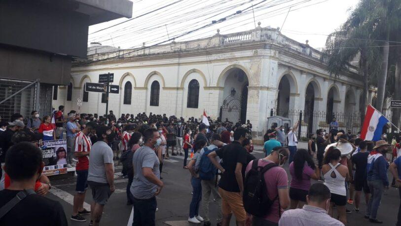 Paraguay: Al menos 20 heridos y un fallecido en una multitudinaria manifestación contra Abdo Benítez
