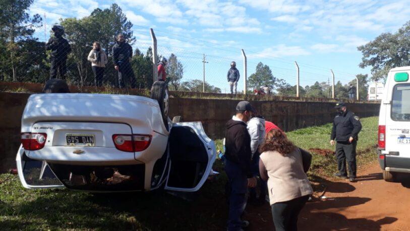 Esquivó a un camión, despistó y terminó volcando dentro de La Eugenia