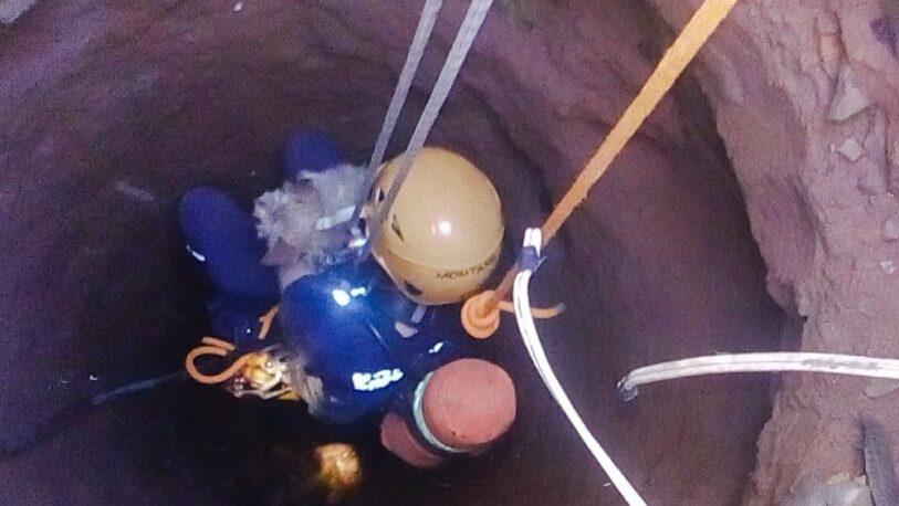 Rescatan a un perro que cayó en un pozo