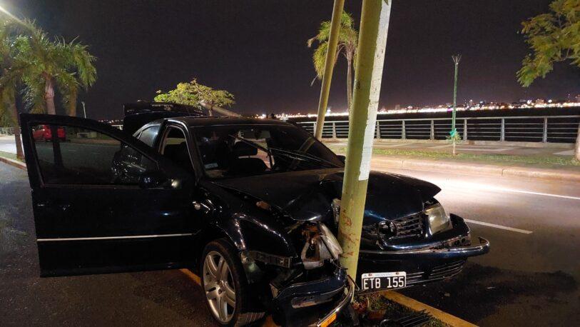 Un auto se destrozó contra una farola en la Costanera