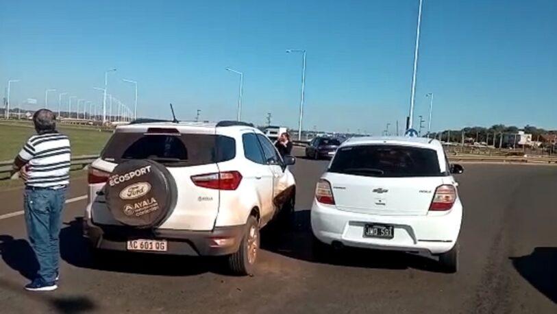 Chocaron dos autos en una rotonda del acceso sur