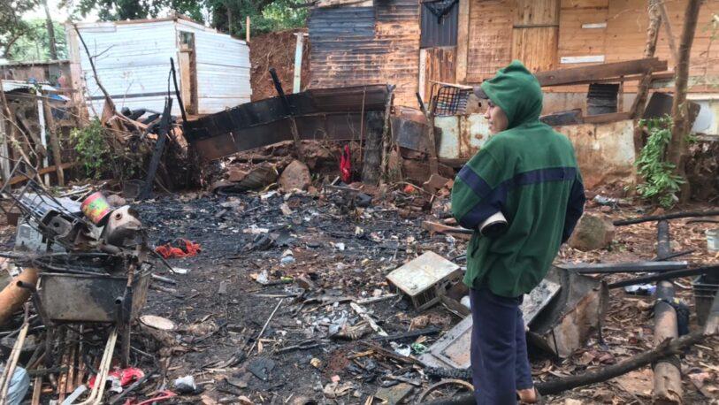 Un incendio arrasó la casa de un joven y quedó con lo puesto