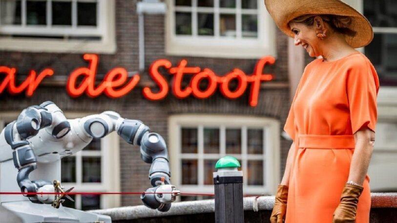 La reina Máxima inauguró en Ámsterdam el primer puente de acero impreso en 3D del mundo