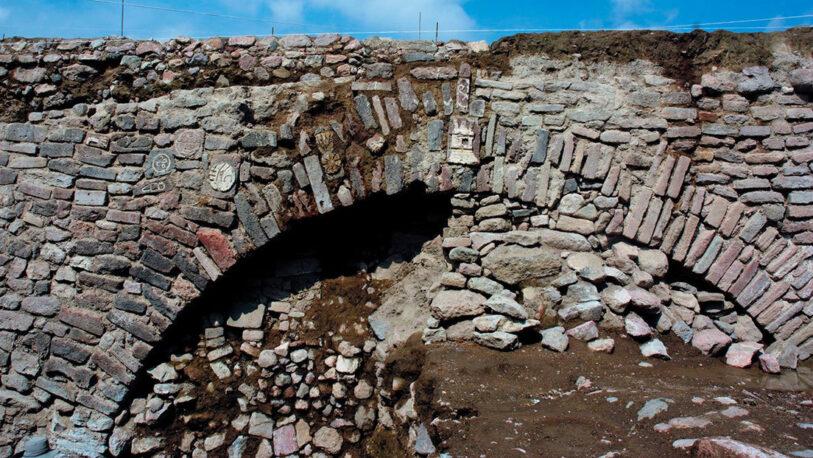 México: Arqueólogos vuelven a cubrir un túnel virreinal con glifos prehispánicos construido hace más de 500 años