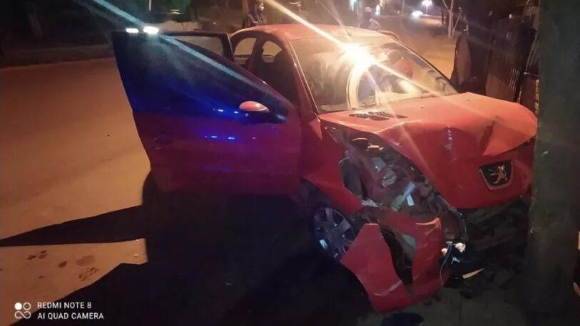 Alcohol al volante: conductor chocó contra el portón de una casa y terminó herido