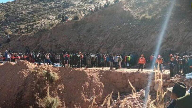 Bolivia: un micro cayó por un barranco y hay, al menos, 34 muertos