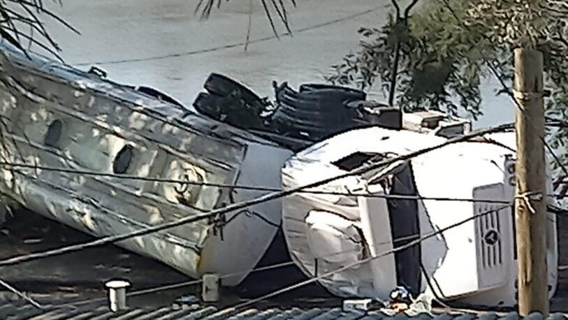 Volcó un camión cisterna y el gasoil cayó al río Uruguay