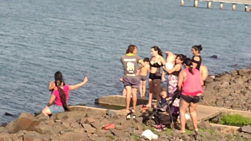 Grupo de bañistas nadaba en una zona prohibida