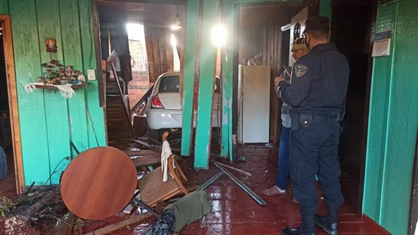 Una mujer perdió el control de su vehículo y lo incrustó en una vivienda