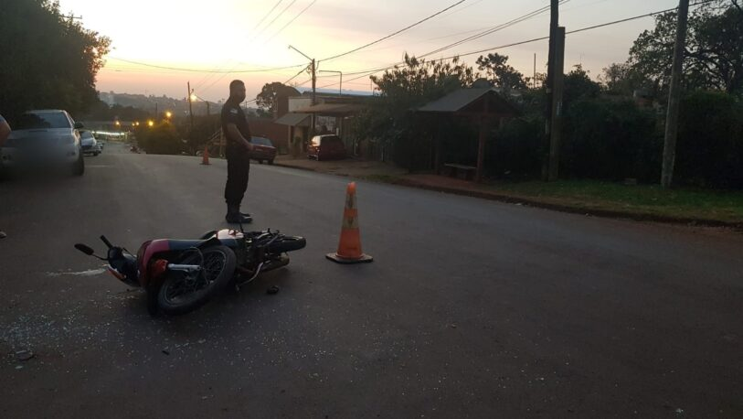 Un auto chocó a una moto y un joven terminó hospitalizado