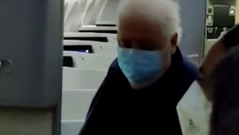 Ginés González García volvió de España y fue increpado por pasajeros al bajar del avión