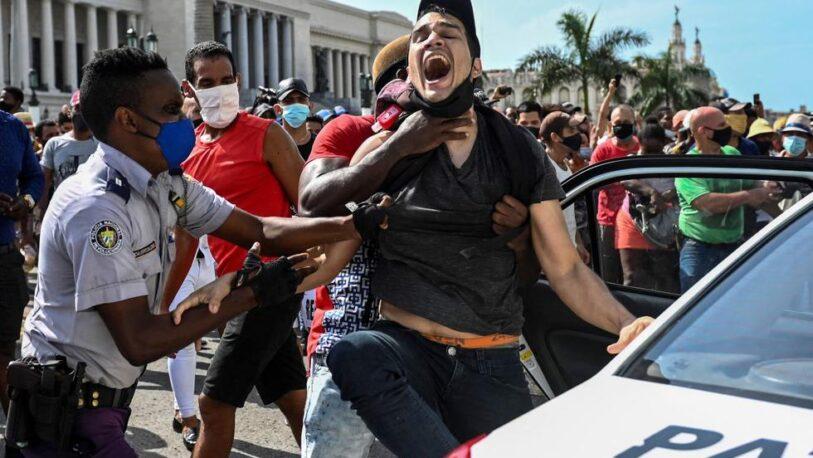 Cientos de personas protestaron en Cuba contra el gobierno, por primera vez en 28 años