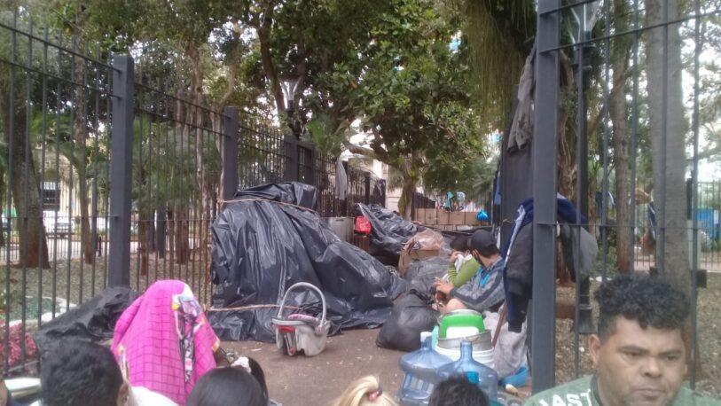 """Detuvieron a la arquitecta que cuestionó al """"misionerismo"""" por los niños de tareferos durmiendo en plaza 9 de Julio"""