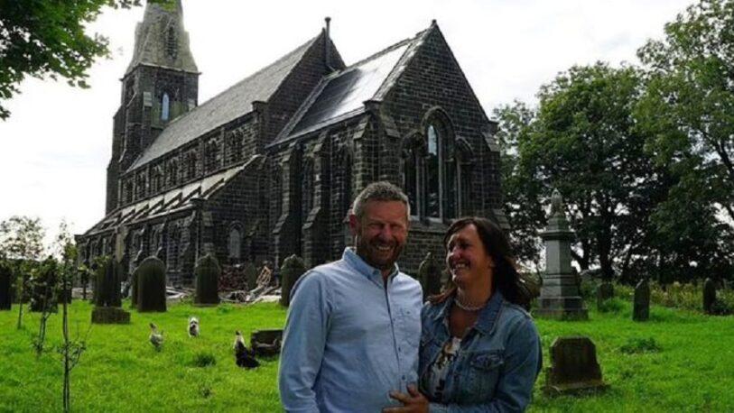 Una pareja compró una iglesia abandonada y la convirtió en una lujosa casa