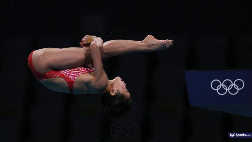 Juegos Olímpicos: tiene 14 años, hizo tres saltos perfectos y ganó la medalla de oro