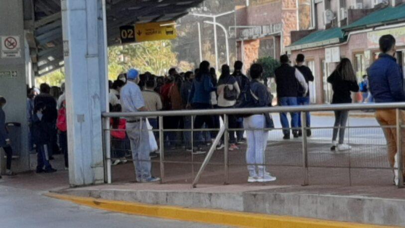 """Pasajeros viajan """"como ganado"""" en la Estación UNAM"""