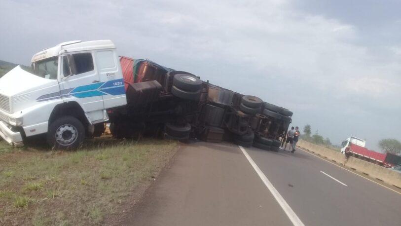 Impresionante vuelco de un camión en ruta 12