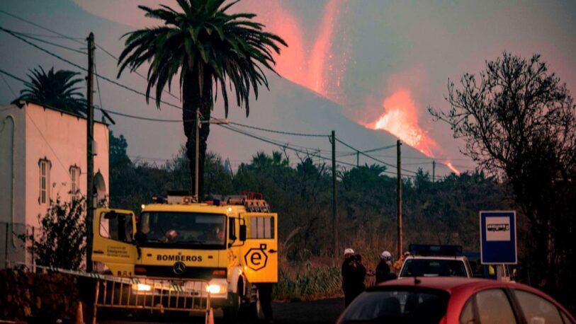 Insólito: tocó la lava del volcán y se quemó en vivo