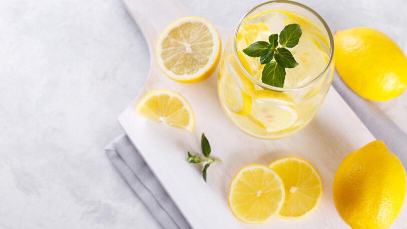 Mito o realidad del agua caliente con limón antes del desayuno