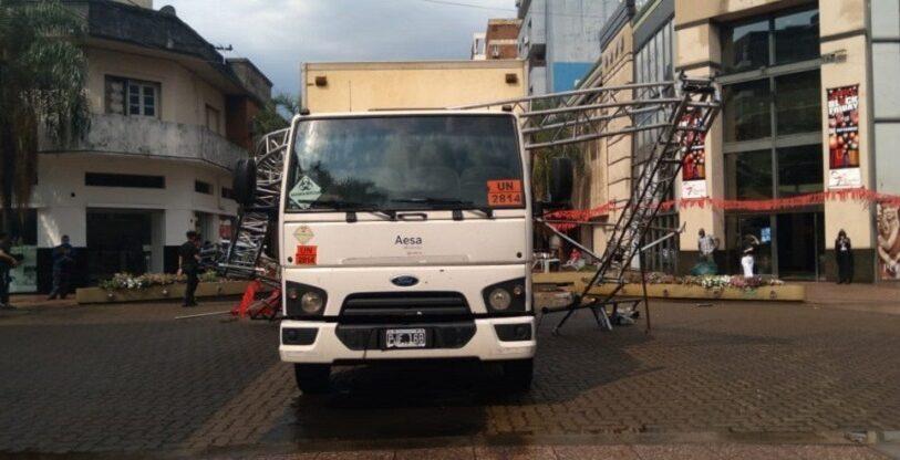 Camión chocó y derribó un semáforo en pleno centro de Posadas