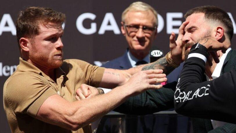 Canelo Álvarez y Caleb Plant se trenzaron a golpes sobre el escenario