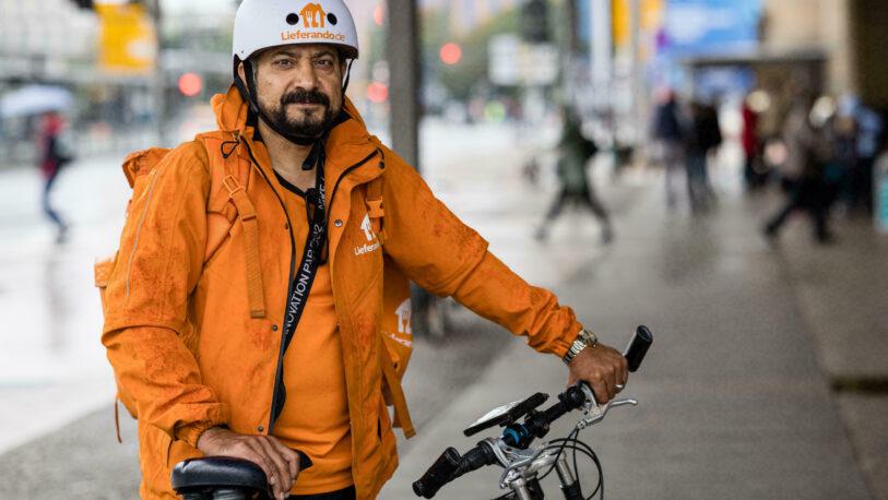 Un ex ministro de Afganistán es refugiado en Alemania y reparte pizzas en bicicleta