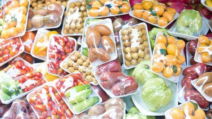 España prohibirá la venta de frutas y verduras en envases de plástico desde 2023