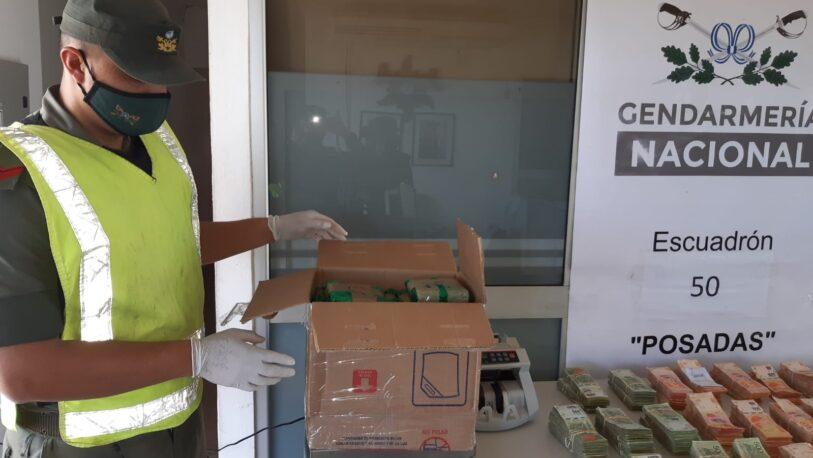 Trasladaba 8.000 dólares, 8 millones de pesos en efectivo y hojas de coca en un colectivo