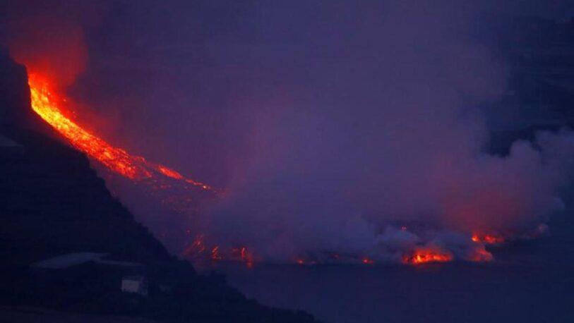 La lava del volcán de La Palma llega al mar tras varios días de erupción