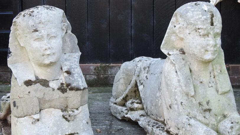 Gran Bretaña: familia descubre que las dos esculturas de su jardín son esfinges del Antiguo Egipto