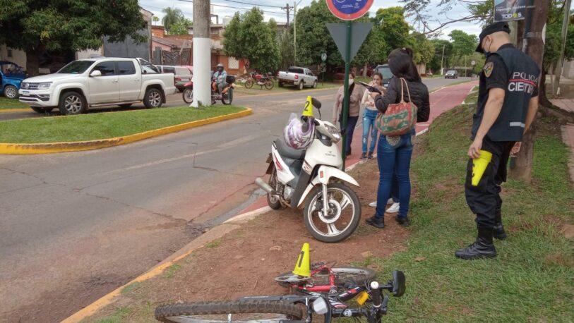 Choque entre una bici y una moto en avenida Tomás Guido