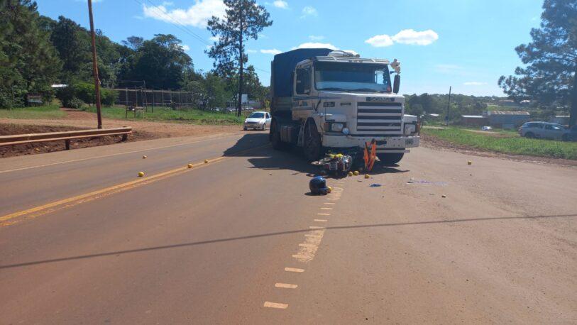 Fuerte choque frontal entre un camión y una moto dejó una mujer lesionada