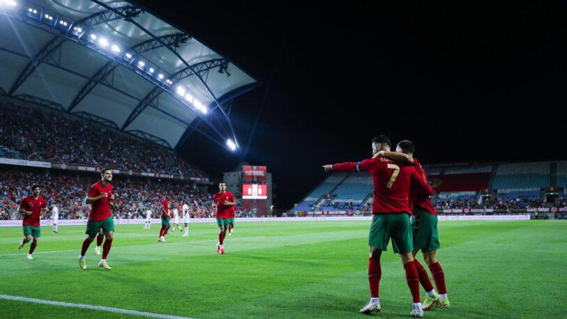 Ronaldo metió tres goles para Portugal y rompió otro récord en el fútbol europeo