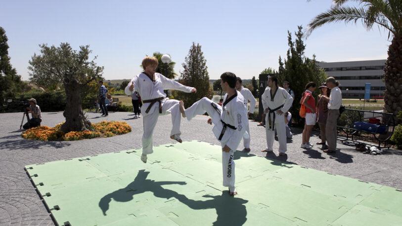 Brindan clases de Taekwondo en el barrio Yacyretá
