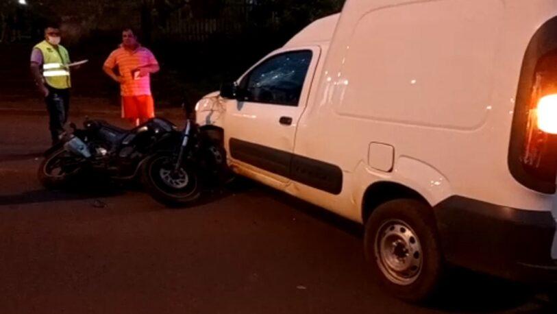 Violento choque entre una moto y un utilitario